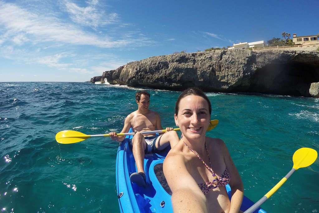Lena y Alberto haciendo kayak en las costas de Mallorca