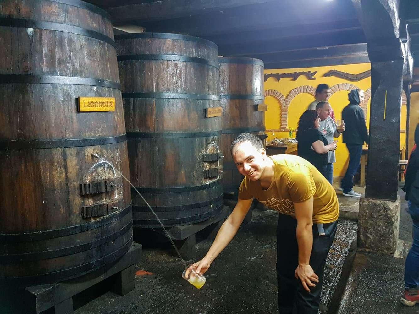 Txotx, Alberto echándose sidra de las kupelas de la sidrería Martitxonea en Aldatz