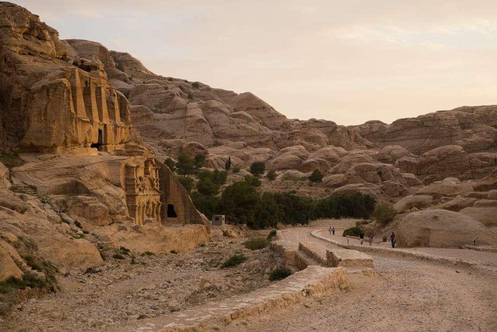 Lateral de la Tumba de los Obeliscos al atardecer en Petra, Jordania