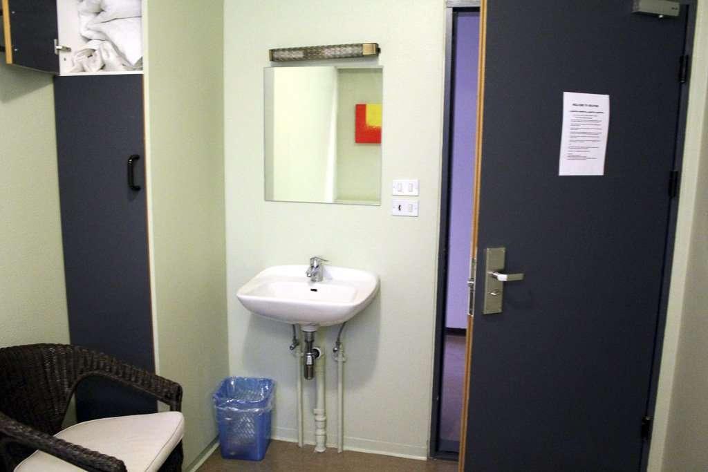 Lavabo dentro de una habitación del Selfoss Hostel