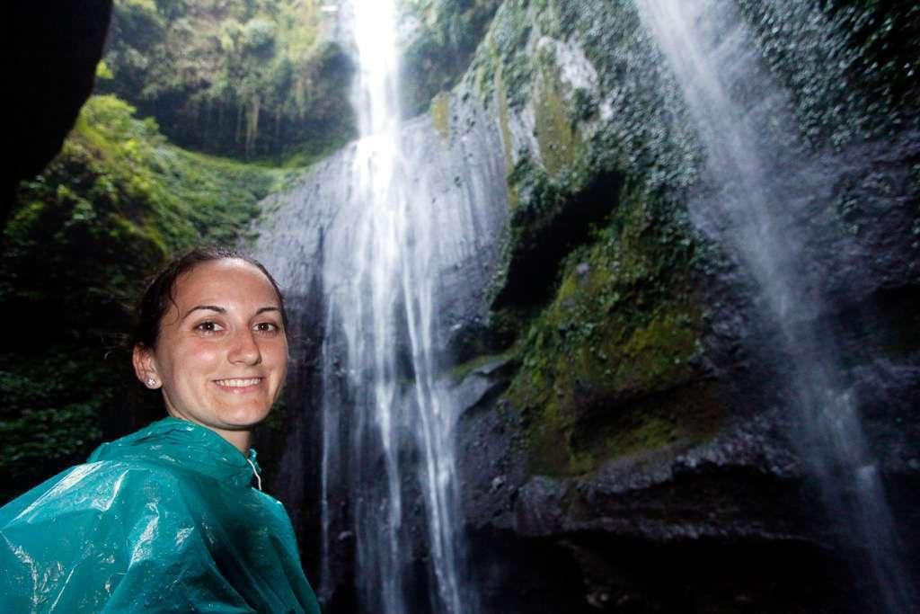 Lena bajo la cascada Madakaripura