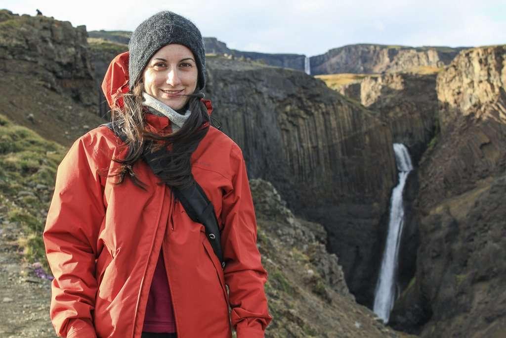 Lena con Litlanesfoss y Hengifoss al fondo