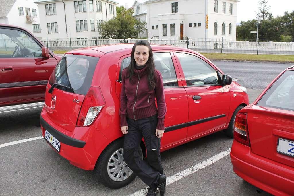 Lena con el Demonio Rojo, el i10 que alquilamos para Islandia