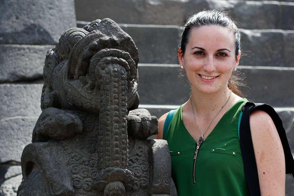 Lena y una estatua de Prambanan