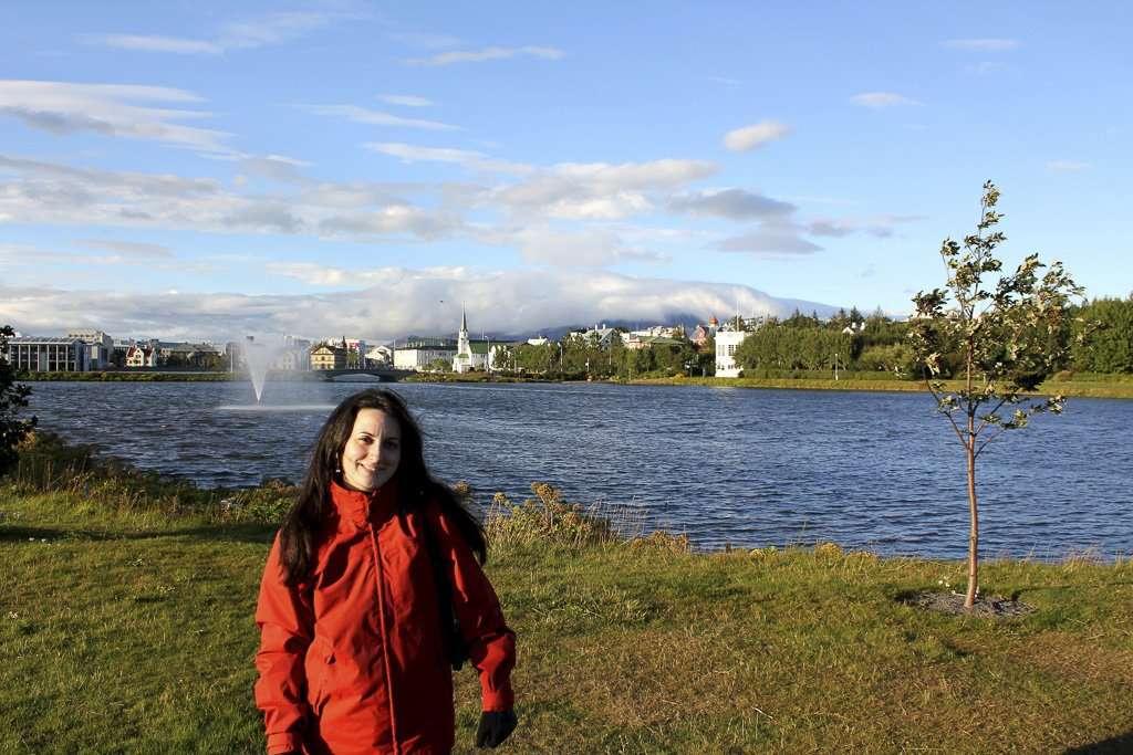 Lena frente al Lago Tjörnin de Reikiavik