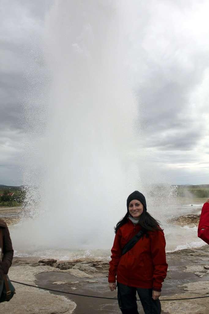 Lena frente a Strokkur cuando el agua alcanza su máxima altura