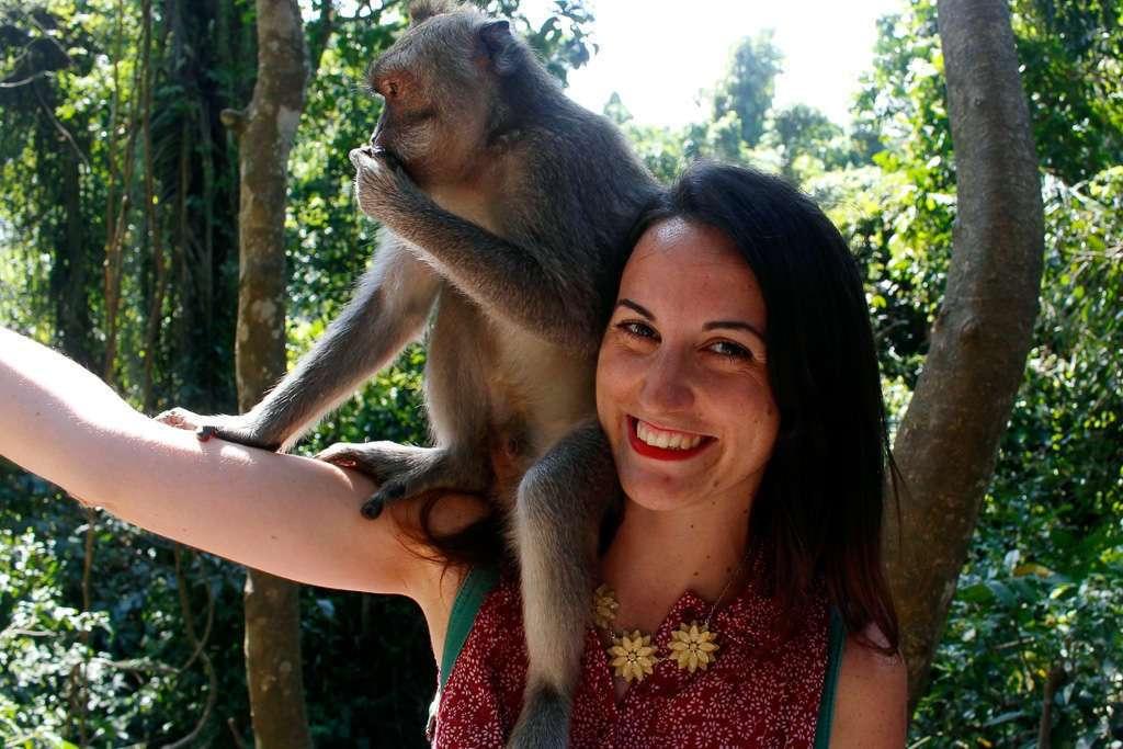 Lena con su amigo el monete en el Monkey Forest