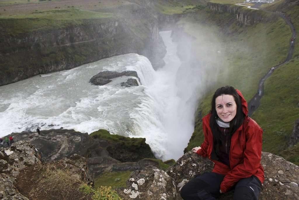 Lena en el mirador superior de la cascada Gullfoss