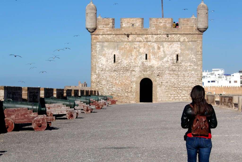 Lena caminando por las murallas de la Skala du Port