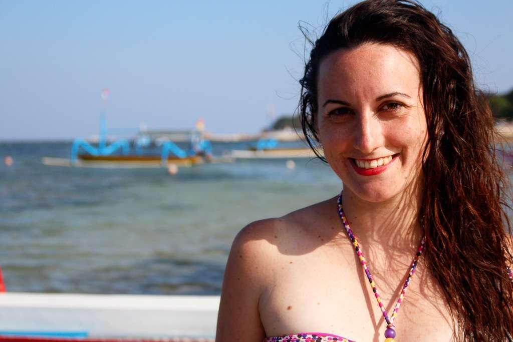 Lena con una barca al fondo en Sanur Beach (Bali)