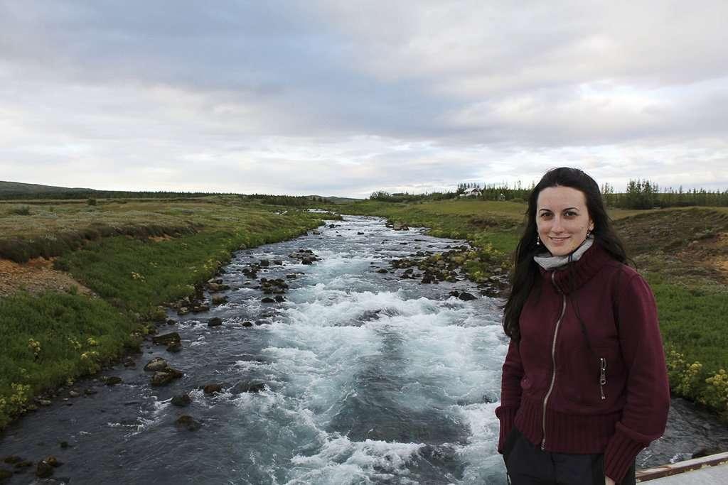 Lena cerca de un río del Círculo Dorado de Islandia