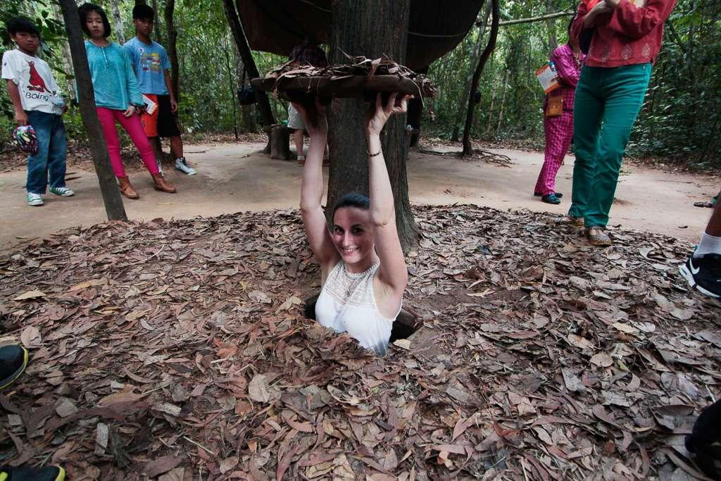 Lena en una de las trampillas de acceso a los túneles de Cu Chi