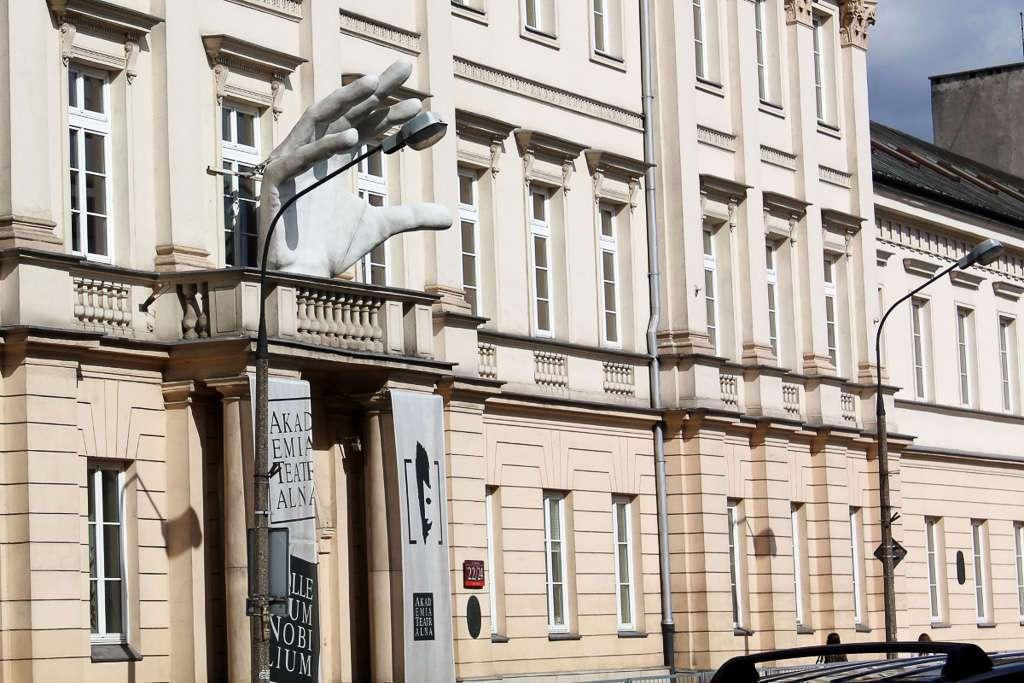 Mano gigante en un palacio de la calle Miodowa