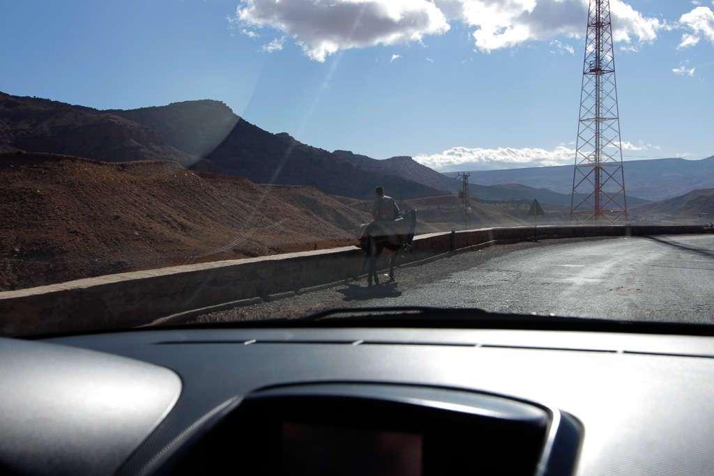 Una persona en burro por las carreteras del sur de Marruecos