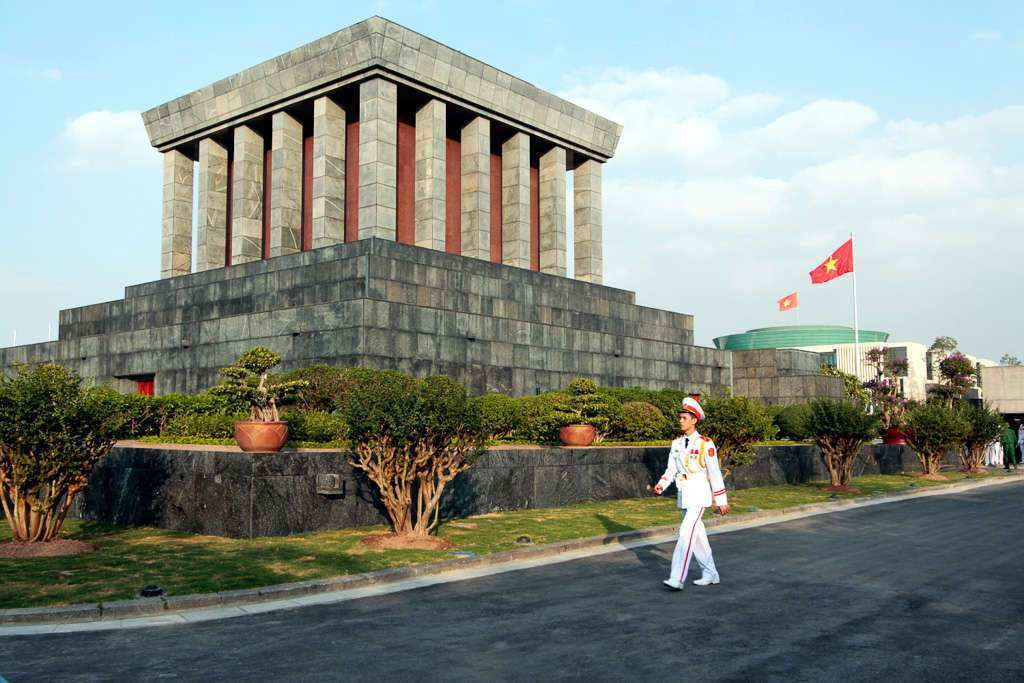 Guardia frente a la tumba de Ho Chi Minh en Hanoi