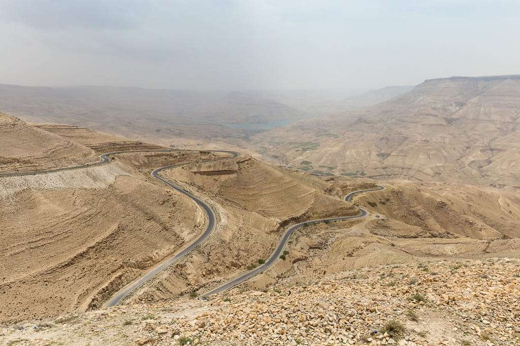 Vista de la presa y el wadi desde otro mirador de la Carretera del Rey, Jordania