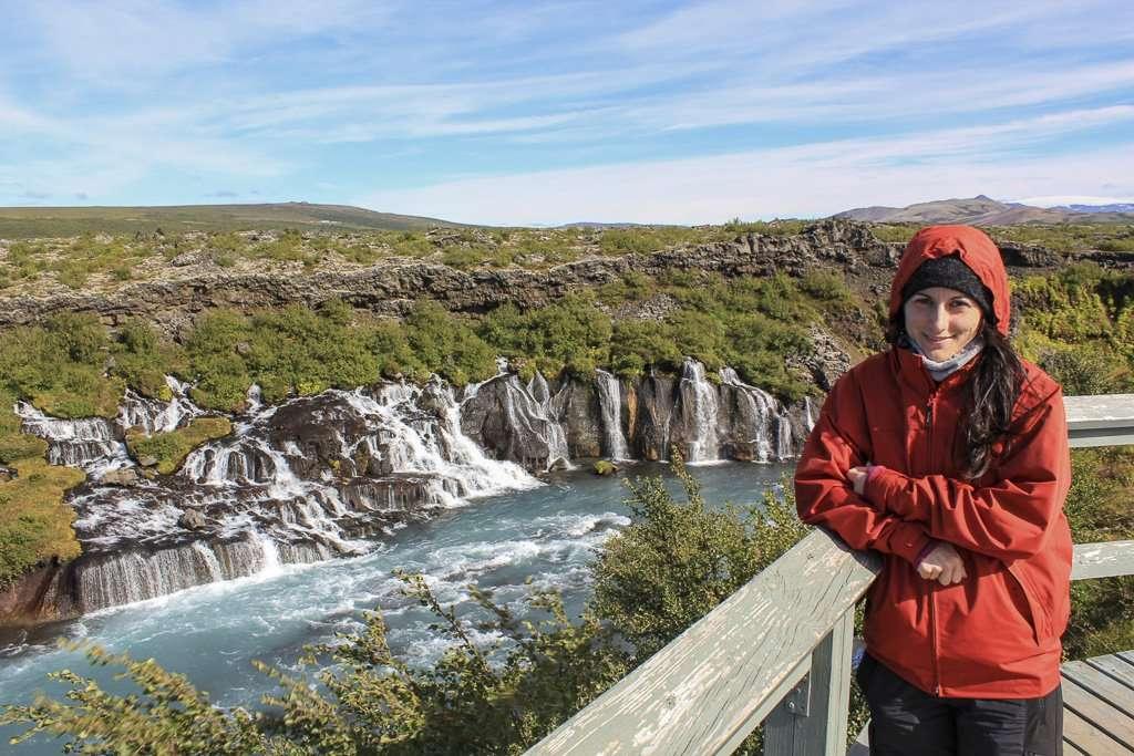 Lena frente a la cascada Hraunfossar