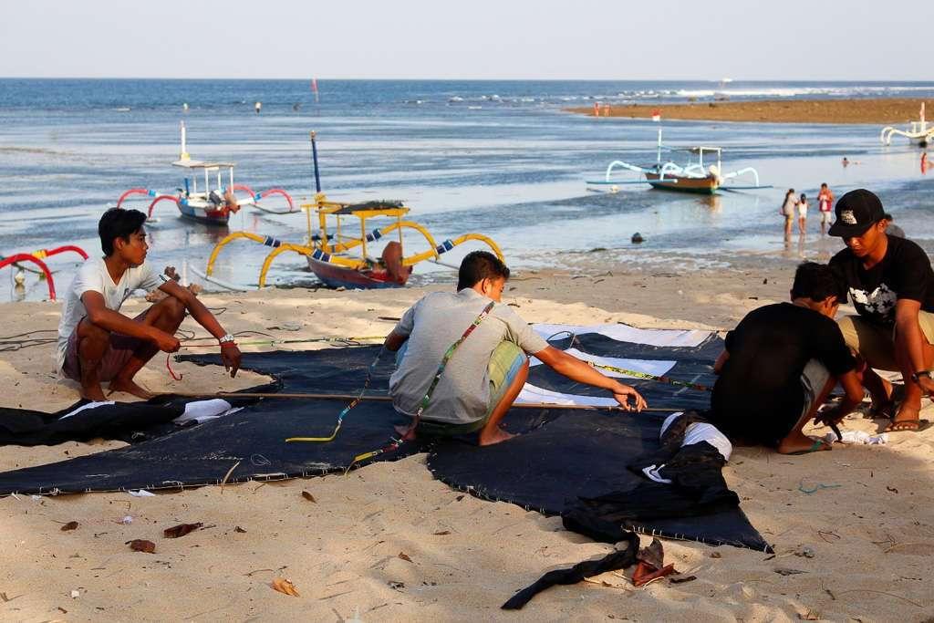 Unos niños montando una cometa en Sanur Beach (Bali)