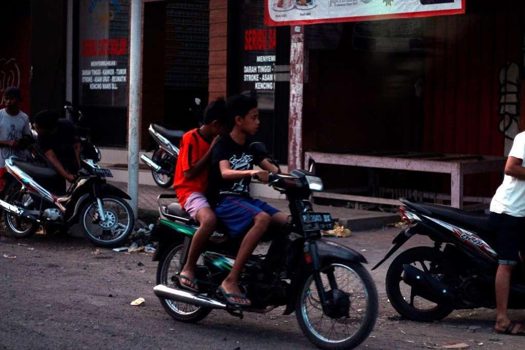 Dos niños indonesios en moto