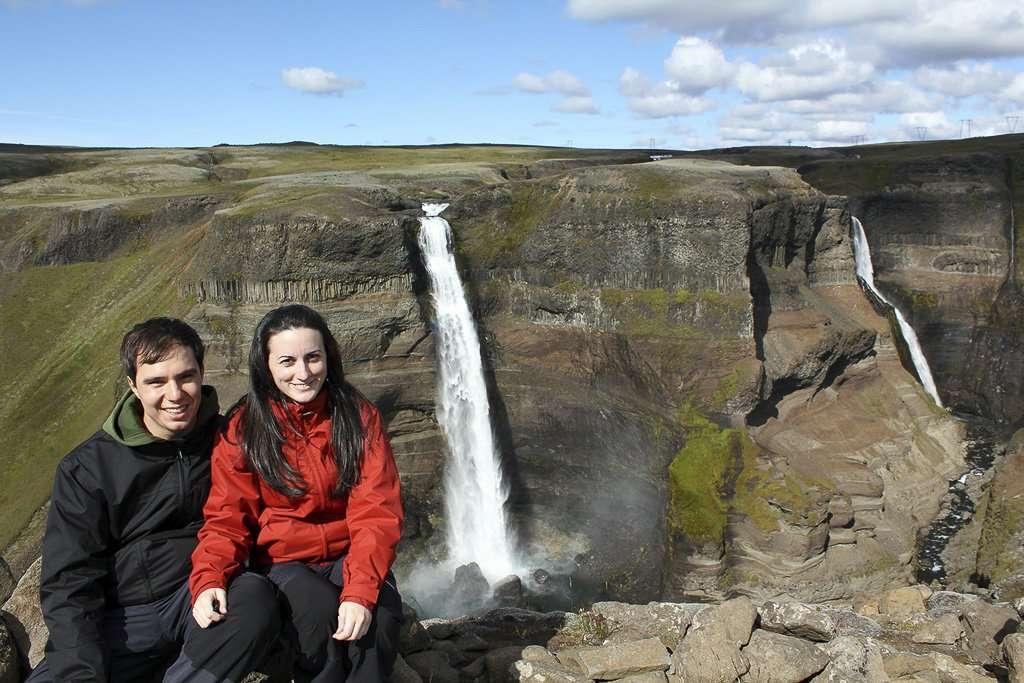 Panorámica de la cascada Haifoss y del valle Fossardalur (Þjórsárdalur) en Islandia