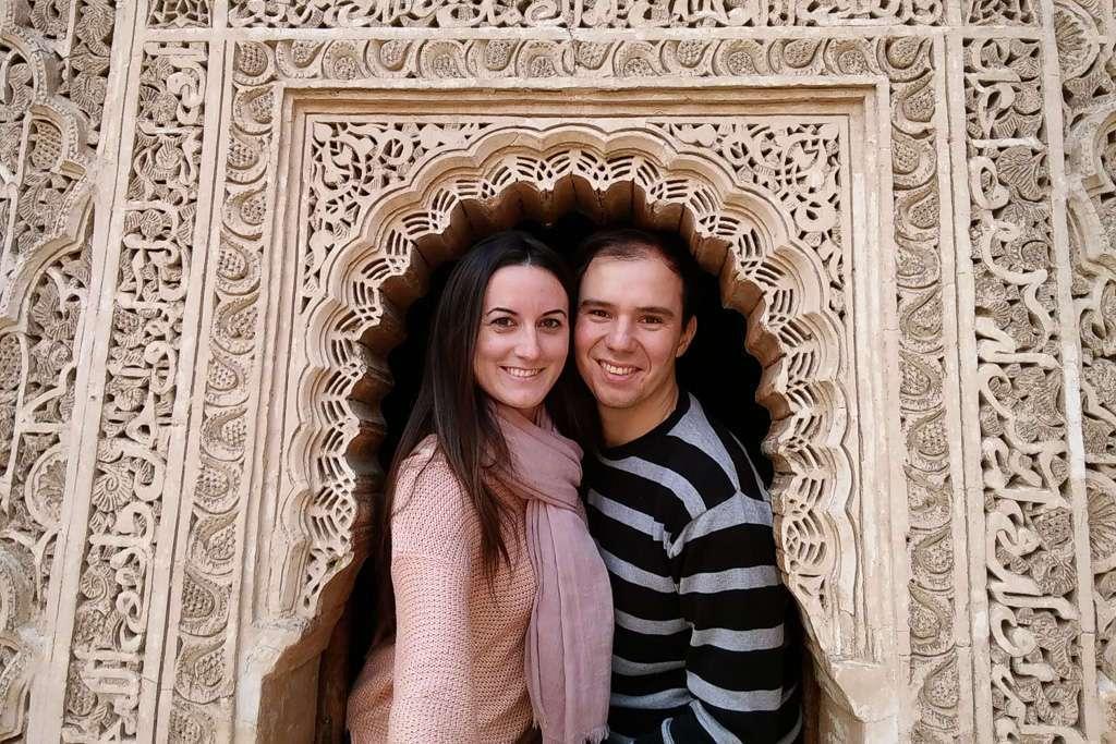 Los dos en una ventana de la Madrasa Ali Ben Youssef