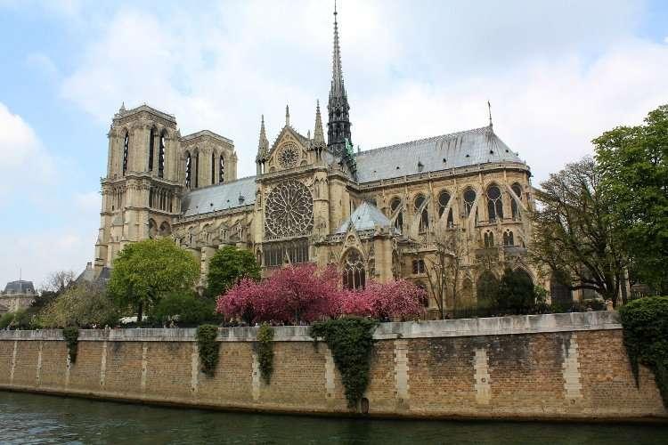 Notre Dame vista desde el lateral