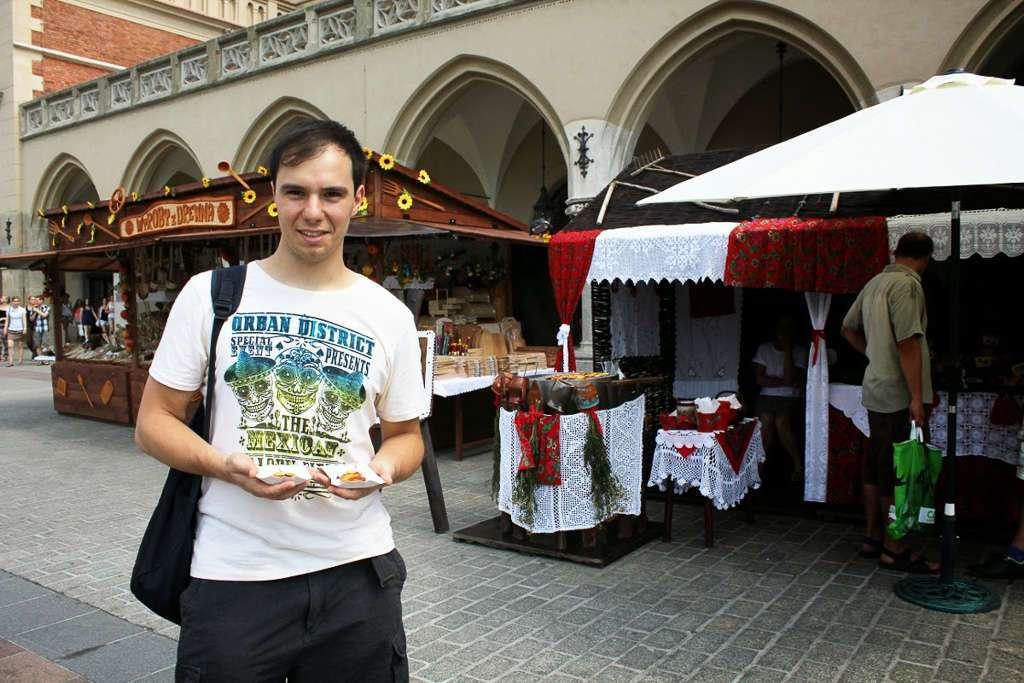 Comiendo un oscypek en la plaza del Mercado (Cracovia)