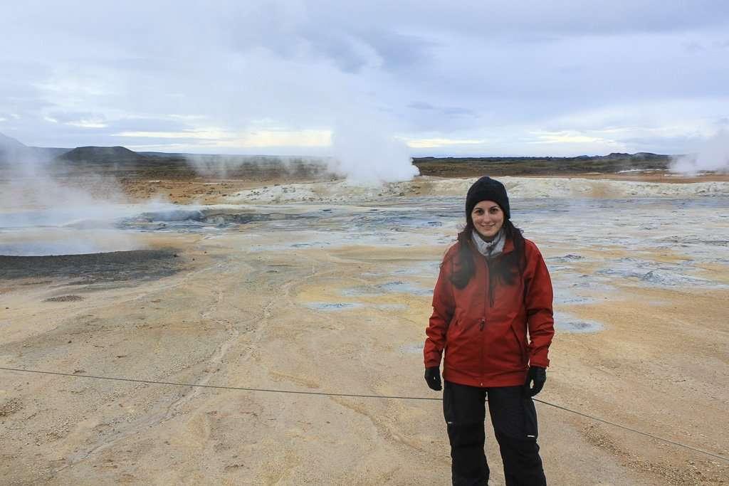 Lena frente al paisaje lunar de Hverir