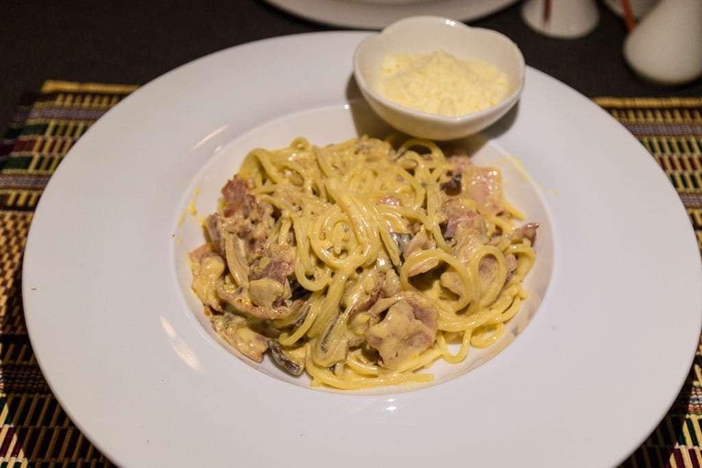 Pasta carbonara en el restaurante del hotel Spring Lodge Inle