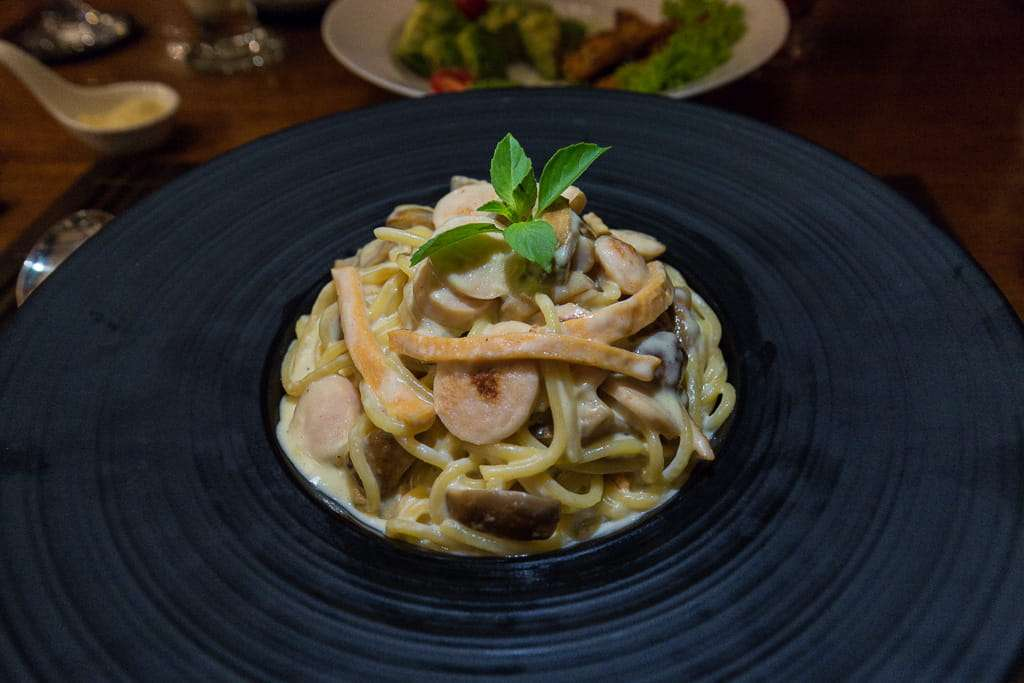 Pasta carbonara en el Spice Garden, Hotel by the Red Canal, Mandalay