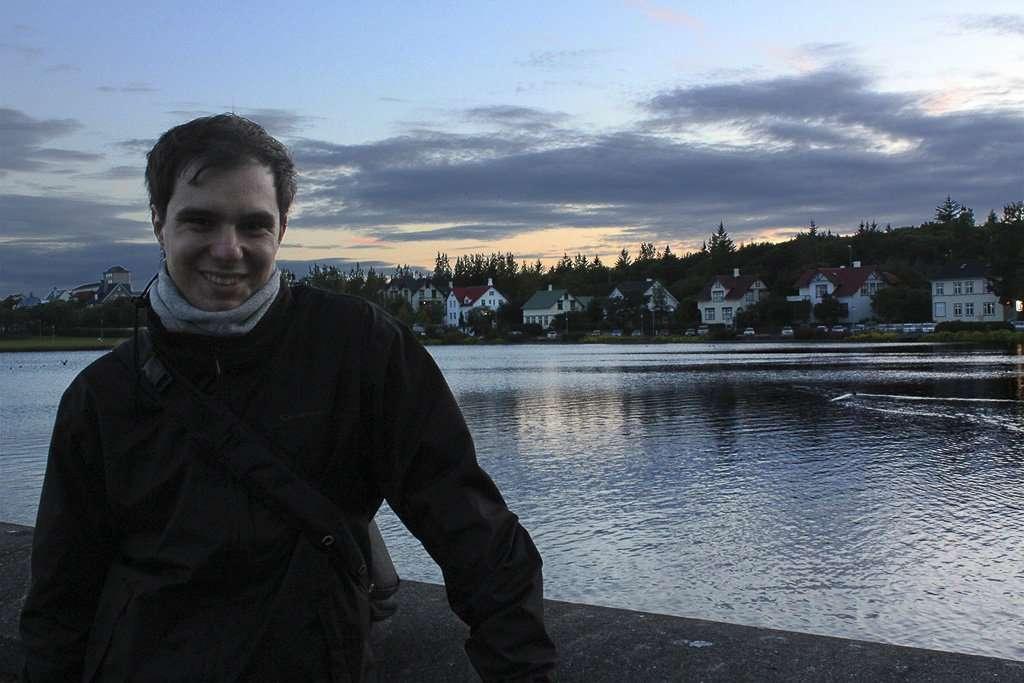 Alberto junto al lago Tjörnin en Reikiavik