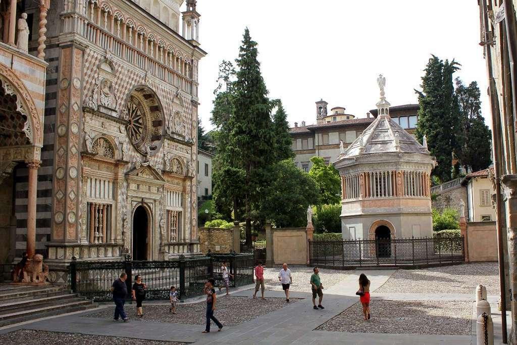 Piazza del Duomo de Bergamo con la Cappella Colleoni y el Baptisterio