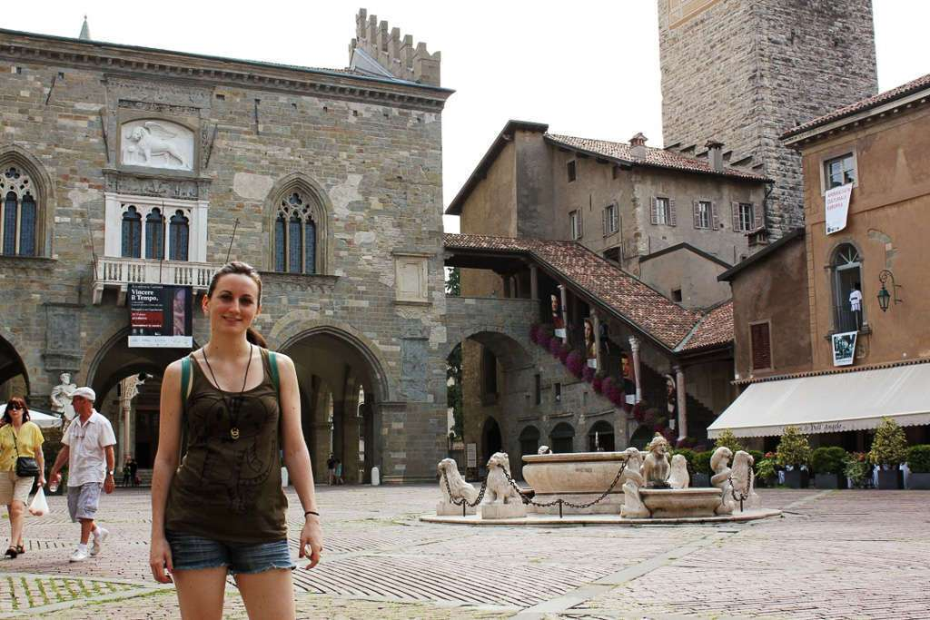 Piazza Vecchia de Bergamo con el Palazzo della Ragione y el Campanone al fondo
