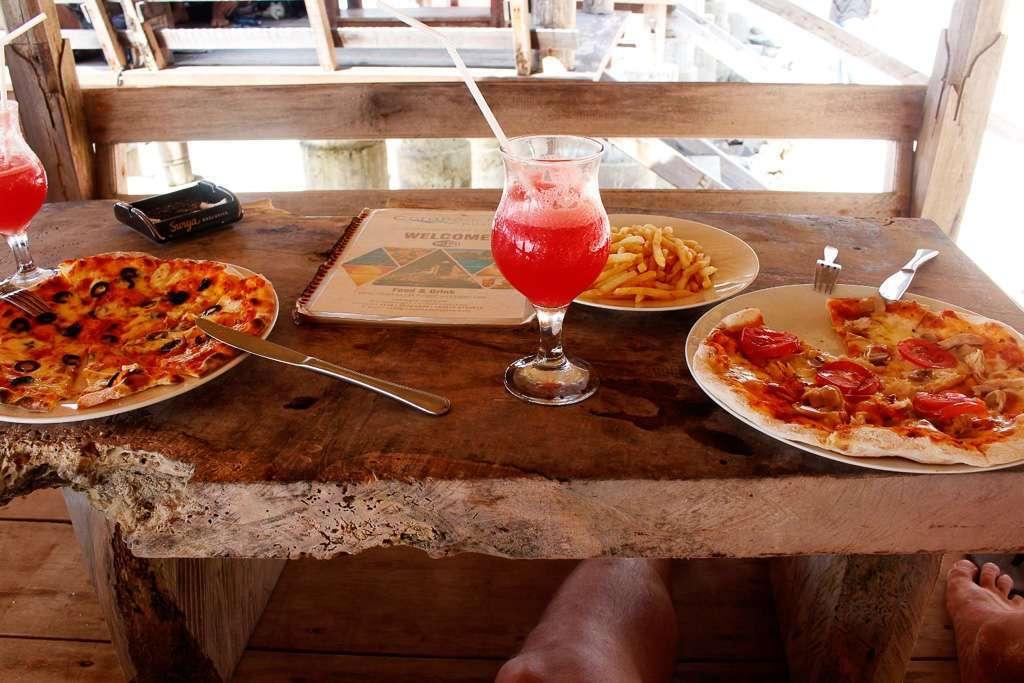 Comiendo unas pizzas en el restaurante Coral Beach Pizza Cottage de Gili Trawangan