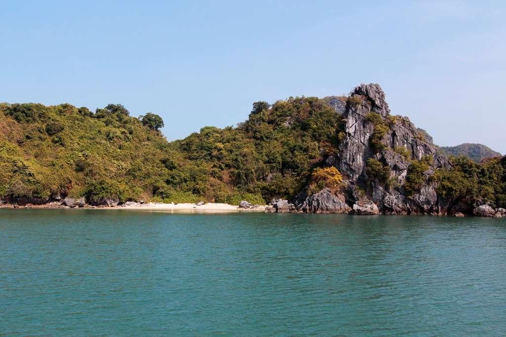Playa de una isla de la bahía de Halong