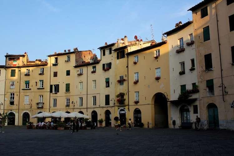 Plaza del Anfiteatro (Lucca)