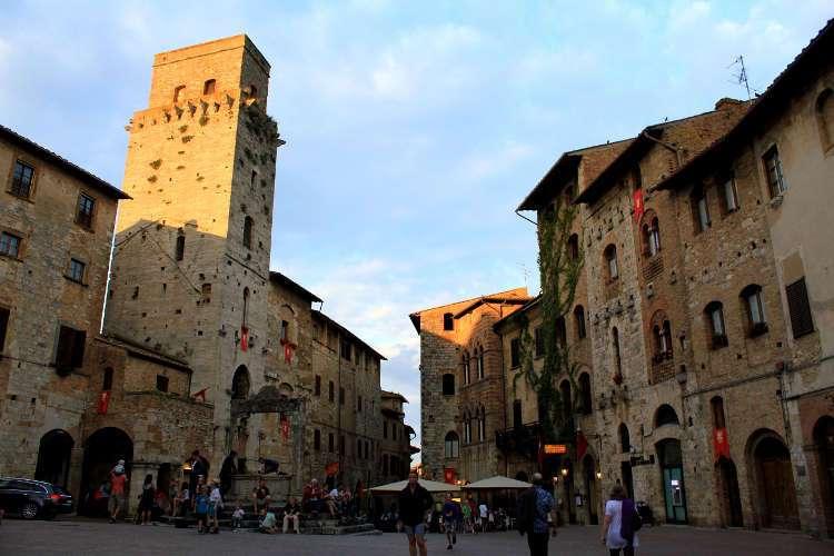 Plaza de la Cisterna (San Gimignano)