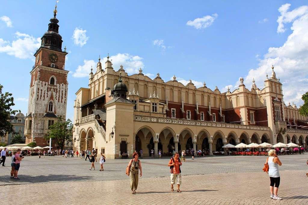 Plaza del mercado de Cracovia con el Mercado de los Paños y la Torre del Antiguo Ayuntamiento