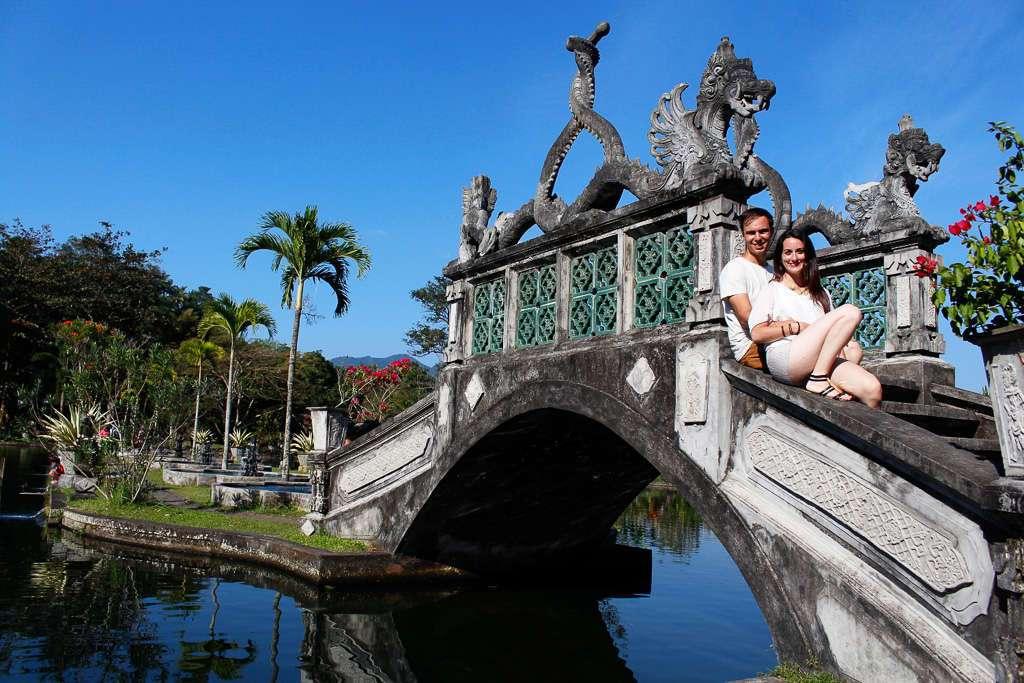 Un puente en Tirta Gangga