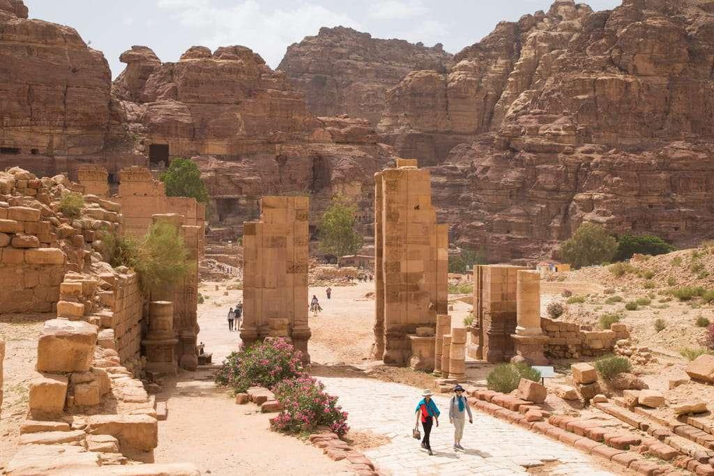 Puerta de los Tremenos en el via columnata de Petra, Jordania