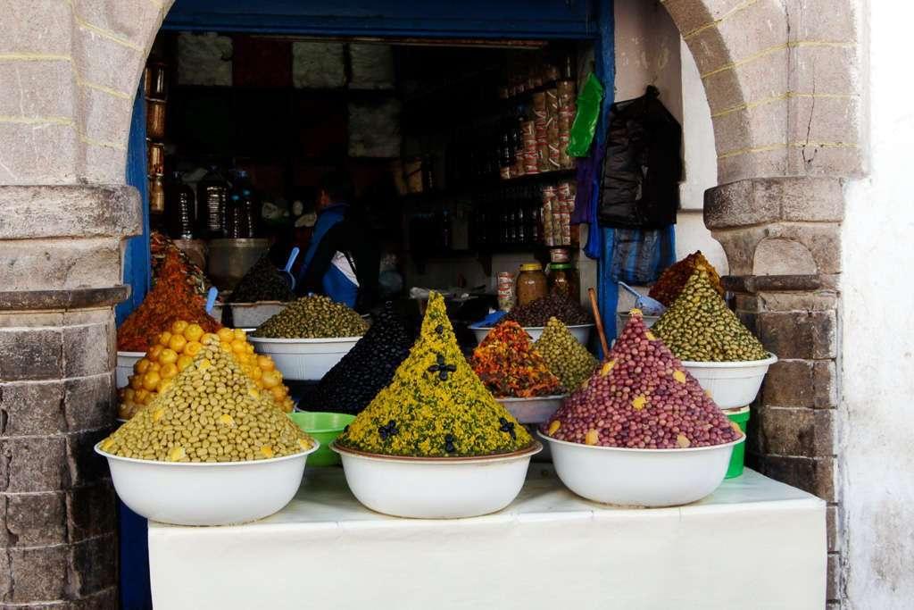 Puesto de encurtidos en la medina de Essaouira