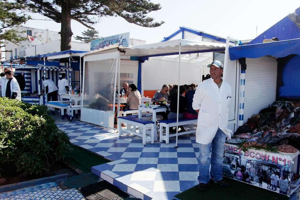 Puestos de pescado cerca del puerto de Essaouira