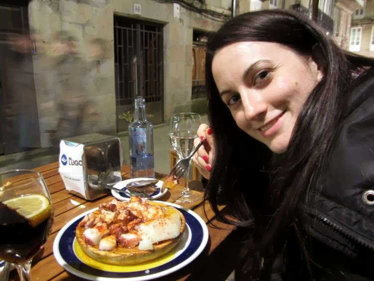 Lena comiendo pulpo a feira
