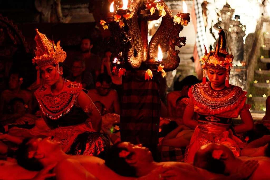 Dos intérpretes del Ramayana en la danza kechak