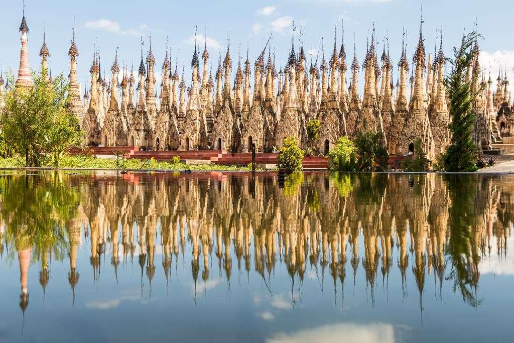 Reflejos del bosque de estupas de Kakku, Myanmar