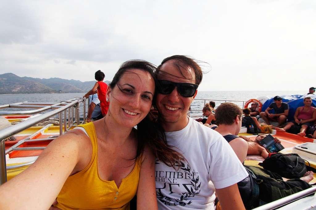 Lena y Alberto sonriendo en la cubierta del fastboat