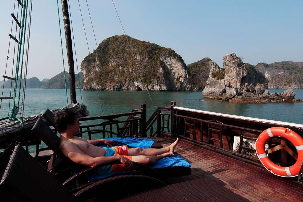 Disfrutando de un barco para nosotros solos en la bahía de Halong