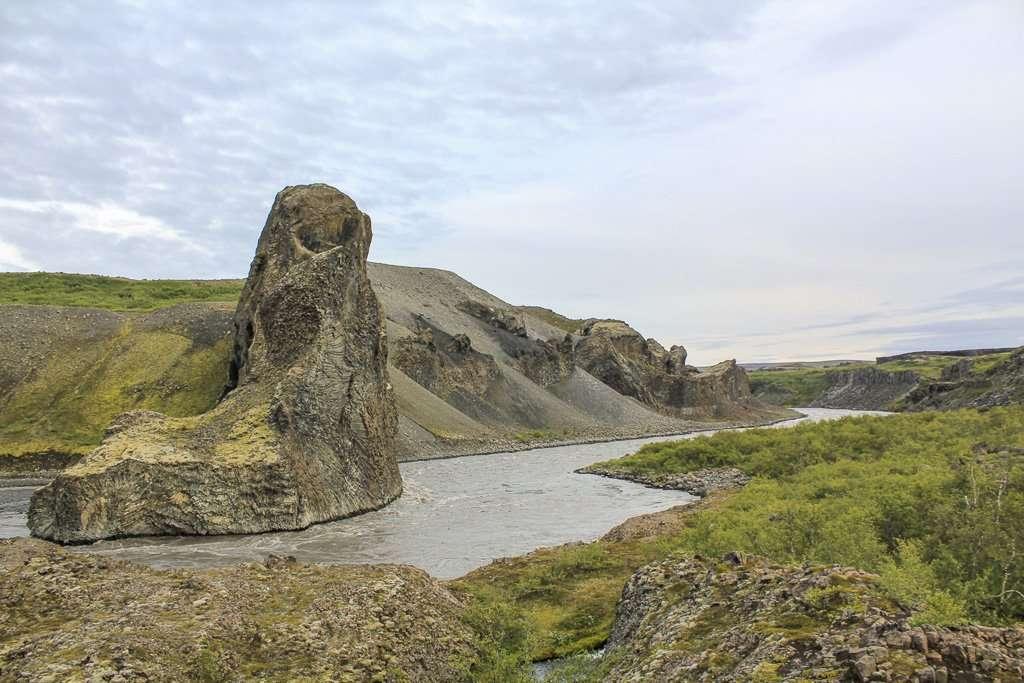 Vista general de las rocas del eco al paso del río Jökulsá á Fjöllum