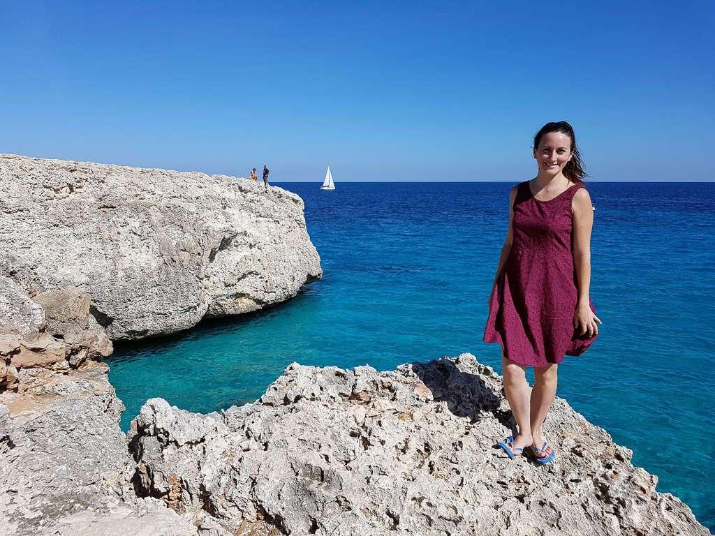 Lena en las rocas de Cala Domingos