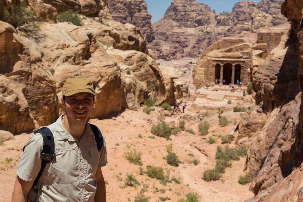 Alberto en el Salón del Jardín de Petra, Jordania